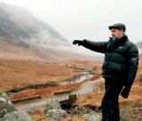 O diretor Sam Mendes durante as filmagens na Escócia.