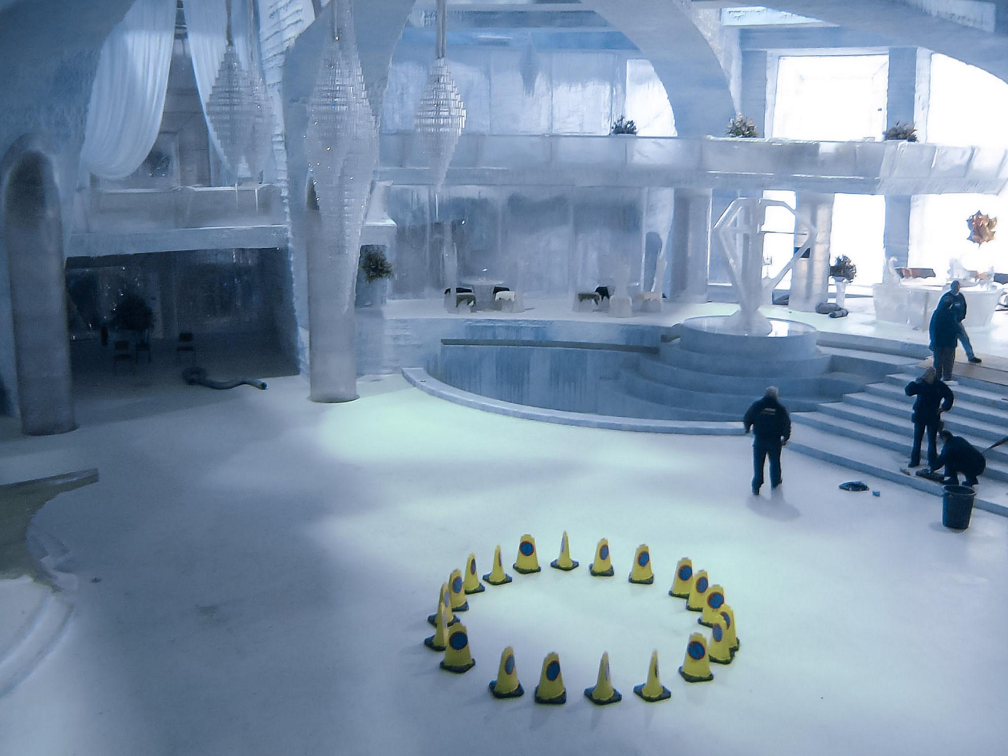 """Palácio de Gelo de """"007 - Um Novo Dia Para Morrer"""" foi construído dentro do 007 Stage © Stefan The Cameraman"""