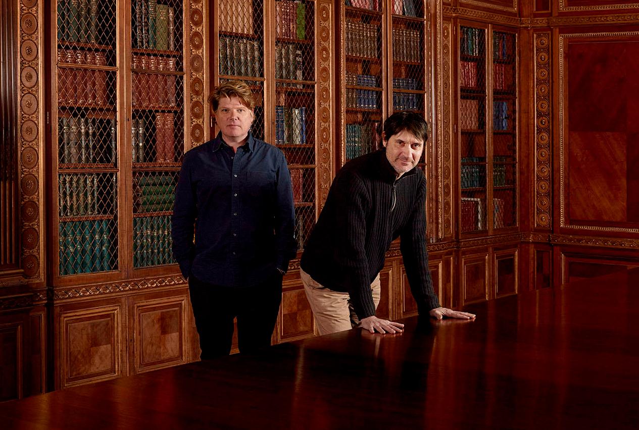 Os roteiristas Robert Wade e Neal Purvis © Anderson & Low