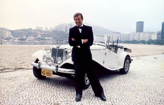 Roger Moore posa em frente ao carro MP Lafer na Praia de Botafogo no Rio de Janeiro © 1979 LAFER
