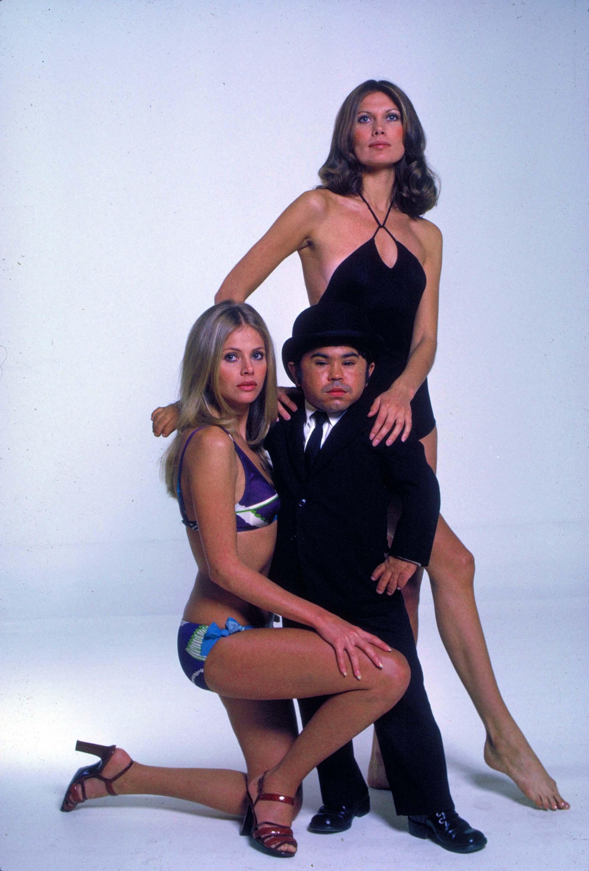 Hervé Villachaize com as Bond Girls Britt Ekland e Maud Adams © 1974 - Danjaq LLC, United Artist Corporation.