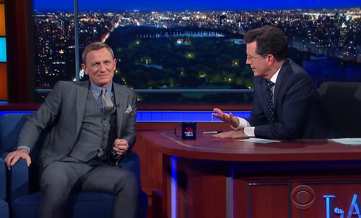Daniel Craig e Stephen Colbert © CBS - Divulgação