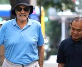 Ao lado de cuidador, Sean Connery caminha por Nova York com ajuda de bengala