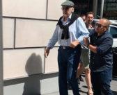 Caminhando com ajuda de cuidador, Sean Connery se recusa a dar autógrafo